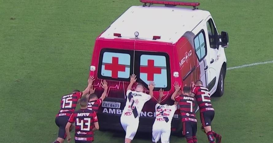 Pesepak bola cedera, ambulans tim medis ini malah mogok di lapangan