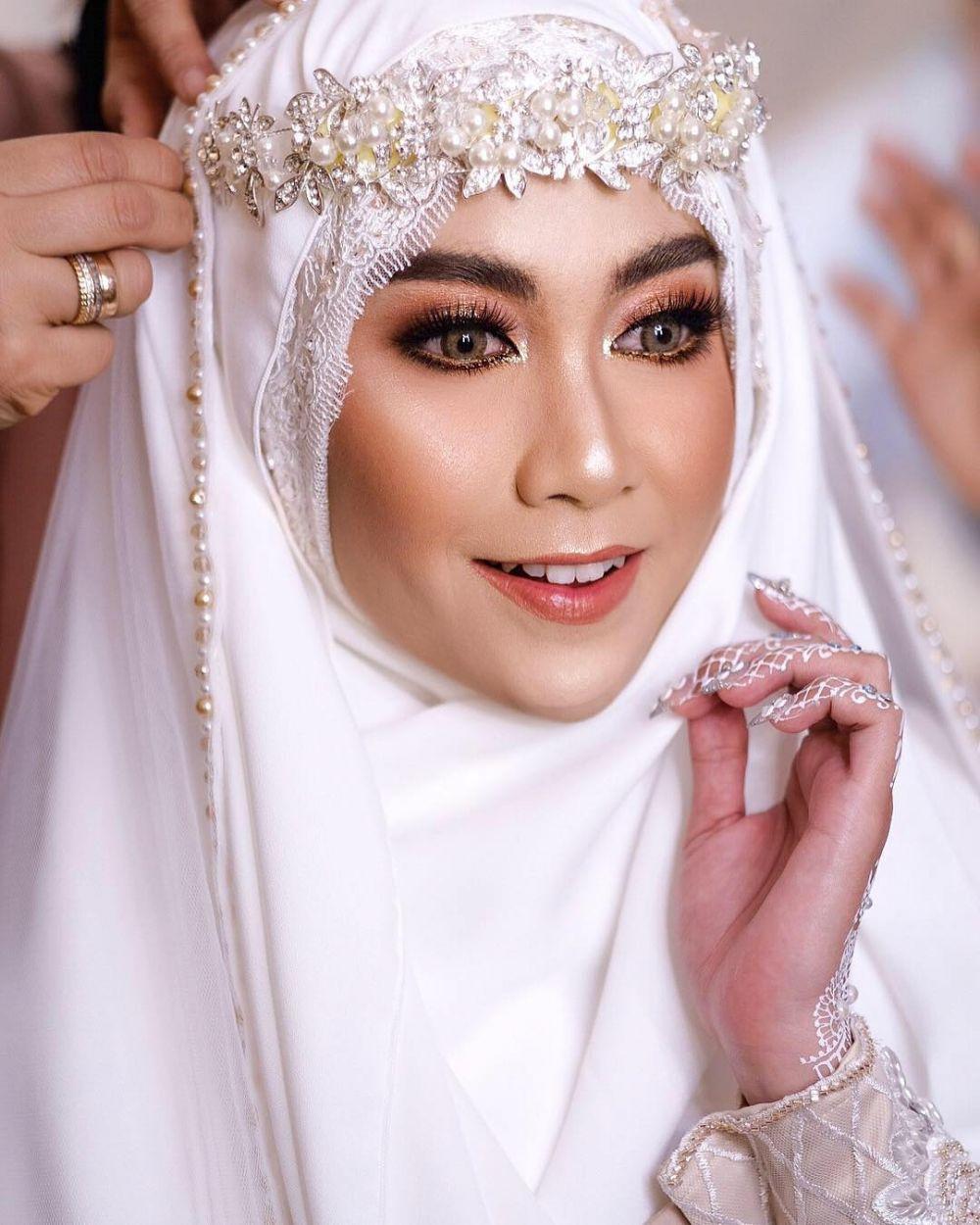 10 Inspirasi gaun pengantin seleb berhijab, tradisional sampai mod