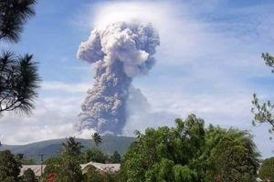 4 Potret letusan Gunung Soputan, tinggi abu vulkanik capai 4.000 meter