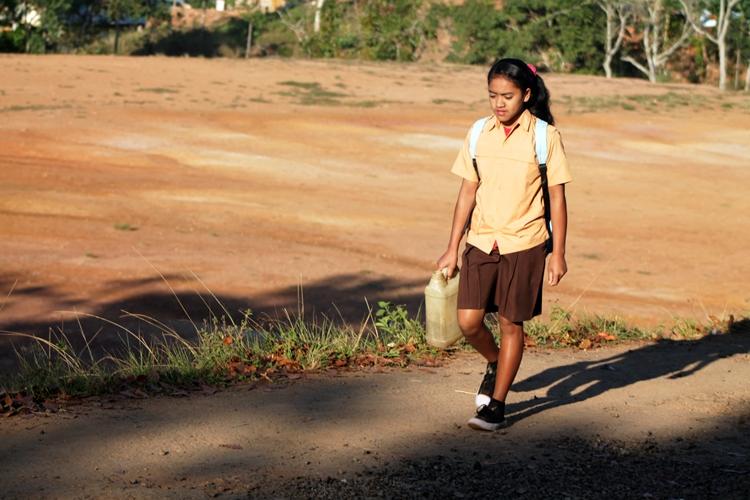 Siswa di desa ini bawa air sendiri untuk keperluan kamar mandi