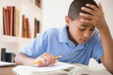 Kesulitan kerjakan PR, yang dilakukan bocah ini bikin geleng-geleng