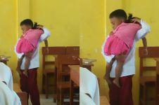 Setiap hari bawa adiknya ke sekolah, kisah bocah SD ini bikin terharu