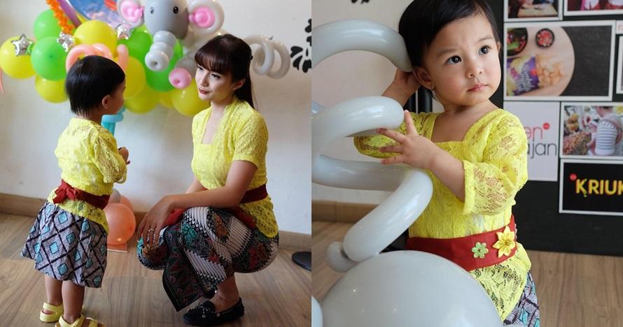 Potret cantik putri Chelsea Olivia pakai kebaya, kembaran sama ibunya