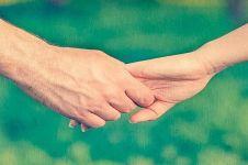 9 Cara memegang tangan pasangan ini tunjukkan karakter hubunganmu