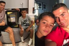 8 Pose kompak Cristiano Ronaldo dengan anaknya, sama-sama sixpack