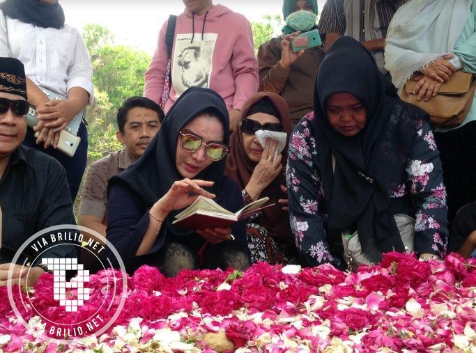 8 Momen pemakaman ibunda Roro Fitria yang penuh air mata