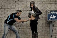 Pasangan ini bikin 6 foto 'cara bikin bayi', konsepnya unik banget
