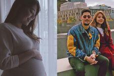 Istri Keenan Pearce melahirkan, ini momen si bayi genggam jari ibunya