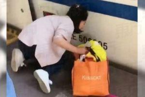 Asyik main handphone, ibu ini tak sadar anaknya jatuh ke kolong kereta