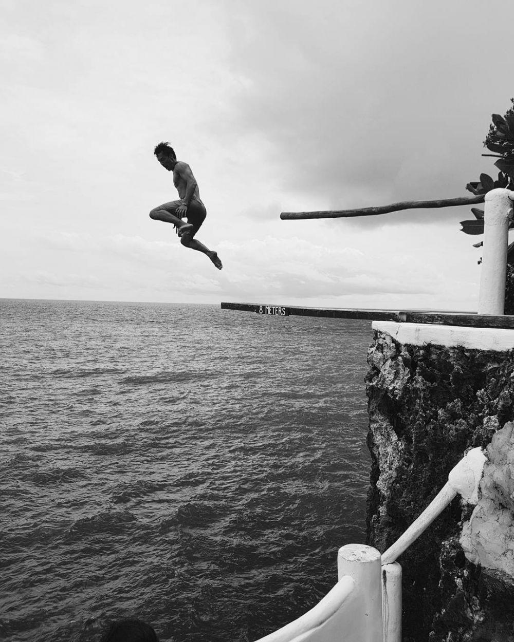 7 aksi mendebarkan Richard Kyle panjat air terjun  © 2018 brilio.net