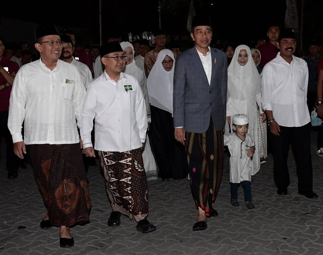 Momen Hari Santri, intip 9 penampilan Jokowi bersarung di acara resmi