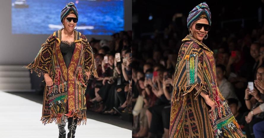 Tampil nyentrik dengan kain etnik, ini 9 gaya Menteri Susi di catwalk