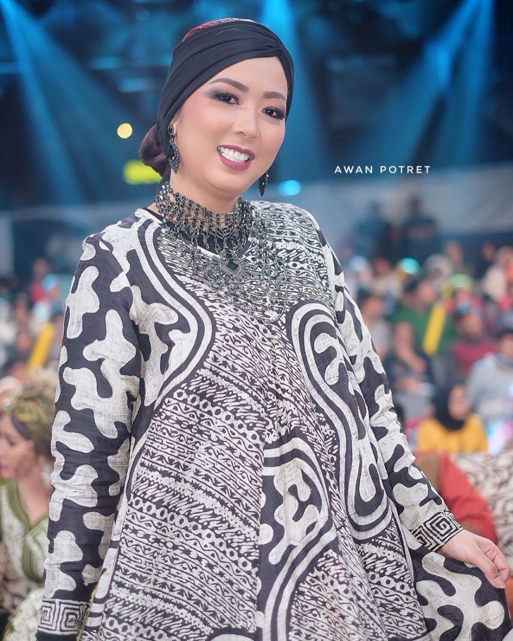 Baju Batik Ala Artis: 10 Inspirasi Gaun Batik Ala Soimah Ini Bisa Kamu Tiru