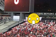 Tulisan penyemangat di spanduk suporter Indonesia ini jadi sorotan