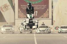 9 Aksi polisi Dubai kemudikan sepeda motor terbang, keren abis