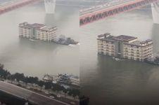 Bangunan 5 lantai ini mengambang di tengah sungai, kenapa ya?