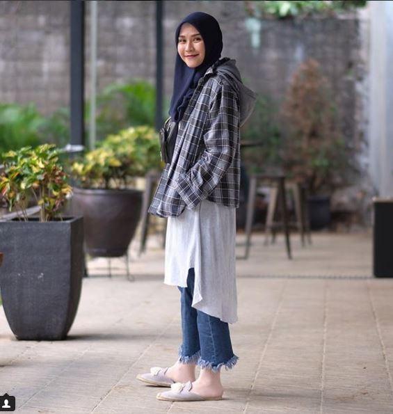 12 Gaya outerwear ala Zaskia Mecca, bisa jadi inspirasi hijabers © 2018 brilio.net