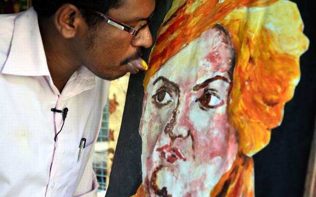 Pria ini melukis dengan lidah, 10 karyanya bikin takjub