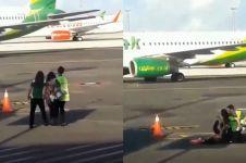 Telat boarding, emak-emak nekat kejar pesawat yang sudah mau terbang
