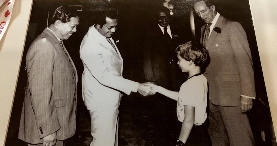 Bocah yang salaman dengan Mahathir Mohammad ini kini Perdana Menteri
