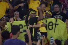 Momen manis Piala AFF, suporter ini lamar pacarnya di stadion