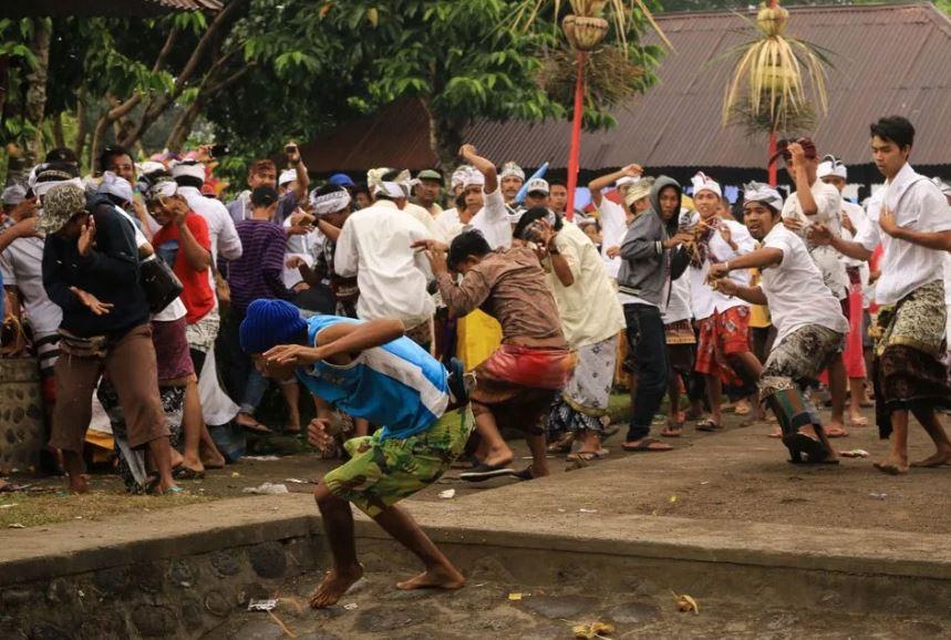 Perang Topat, tradisi unik menjaga toleransi di Lombok Barat