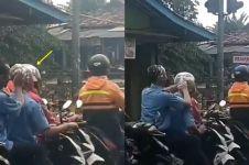 Naik motor hujan-hujanan tanpa helm, dua cowok ini malah keramas