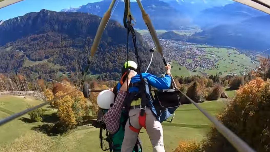 Penampakan ngeri wisatawan naik gantole tak pakai sabuk pengaman