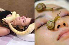 12 Perawatan kecantikan ini aneh banget, facial pakai siput