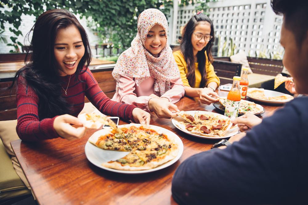 7 Kebiasaan unik orang Indonesia saat makan, negara lain tak ada