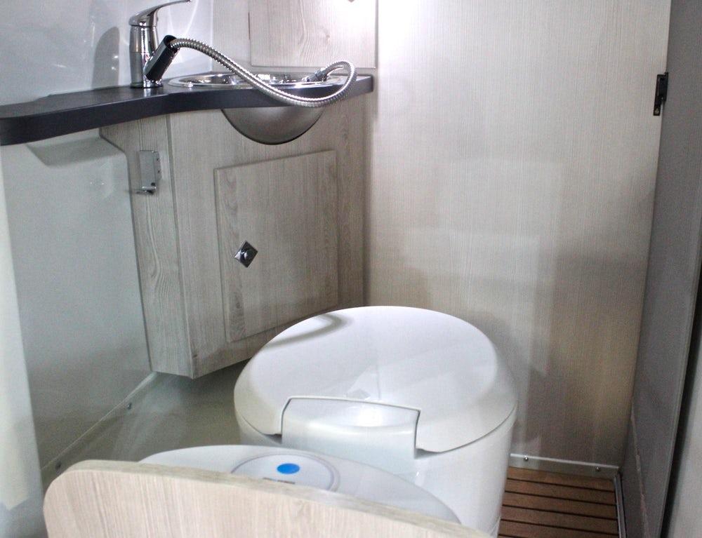 8 Kisah orang terjebak ini bikin elus dada, tersangkut di toilet istimewa