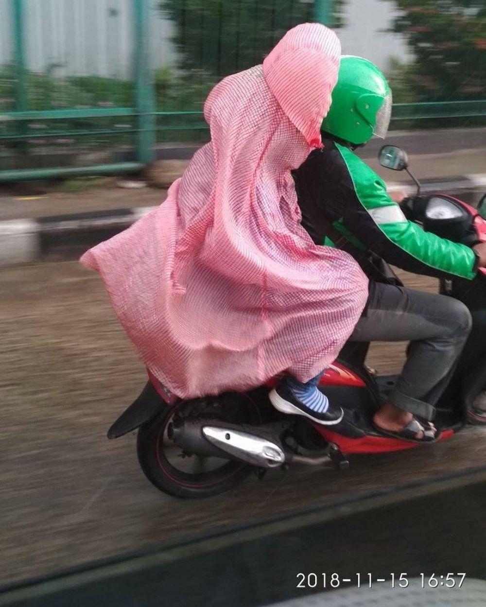 15 Model Jas Hujan Lucu Ini Bikin Ngakak Antimainstream Ban