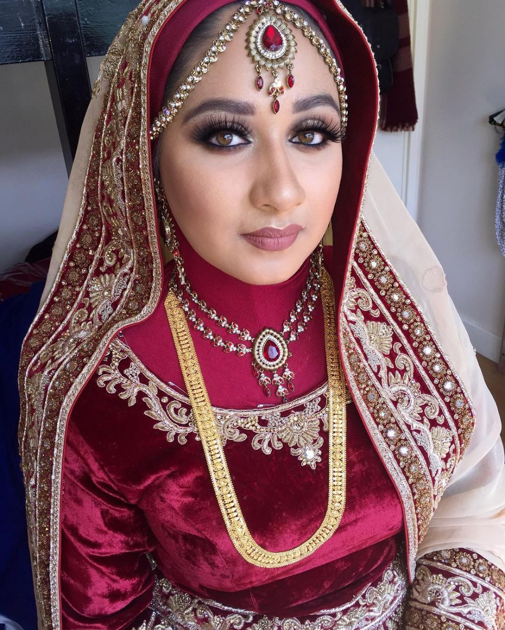 10 Inspirasi riasan pengantin ala India untuk wanita berhijab