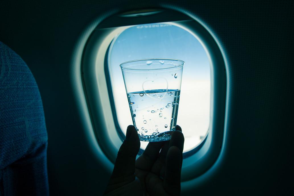 Penelitian ini ungkap minuman di pesawat punya banyak bakteri