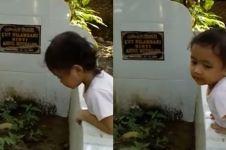 Reaksi bocah pertama kali lihat makam ibunya ini bikin haru