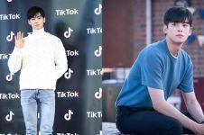 11 Gaya Cha Eun-woo pakai kaus ini simpel tapi tetap menawan