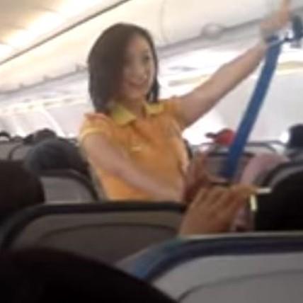 5 Kreativitas awak kabin di pesawat, dari menari hingga menyanyi