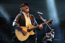 10 Fakta konser Iwan Fals, serunya sampai tuntas bikin penonton kagum