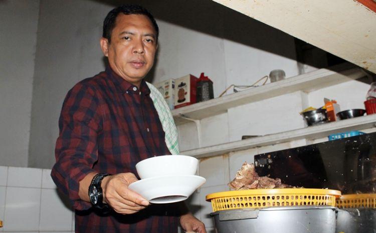 Ini dia sosok penjual coto Makassar yang ternyata seorang direktur