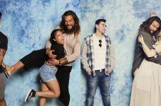 10 Potret kocak Jason Momoa pemain Aquaman foto bareng fans cewek