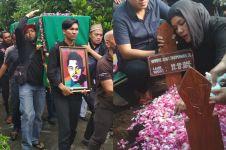 Suasana pemakaman Andi, drummer Seventeen penuh isak tangis