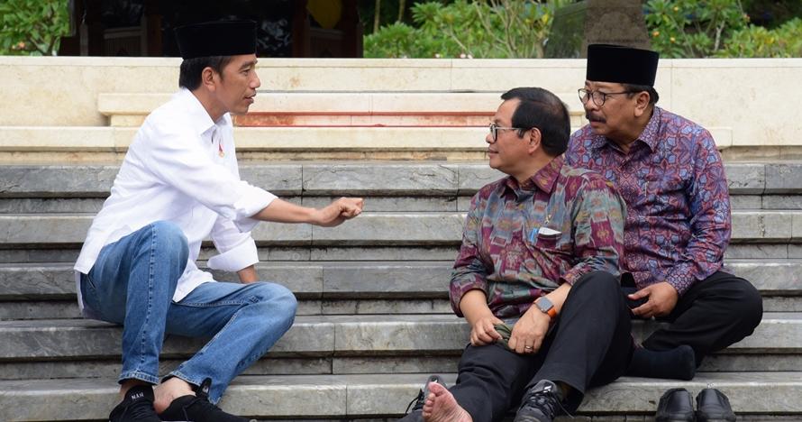 5 Foto Presiden Jokowi beri arahan menteri sambil duduk di lantai