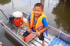 Kisah anak naik perahu sendiri ke sekolah ini bikin salut