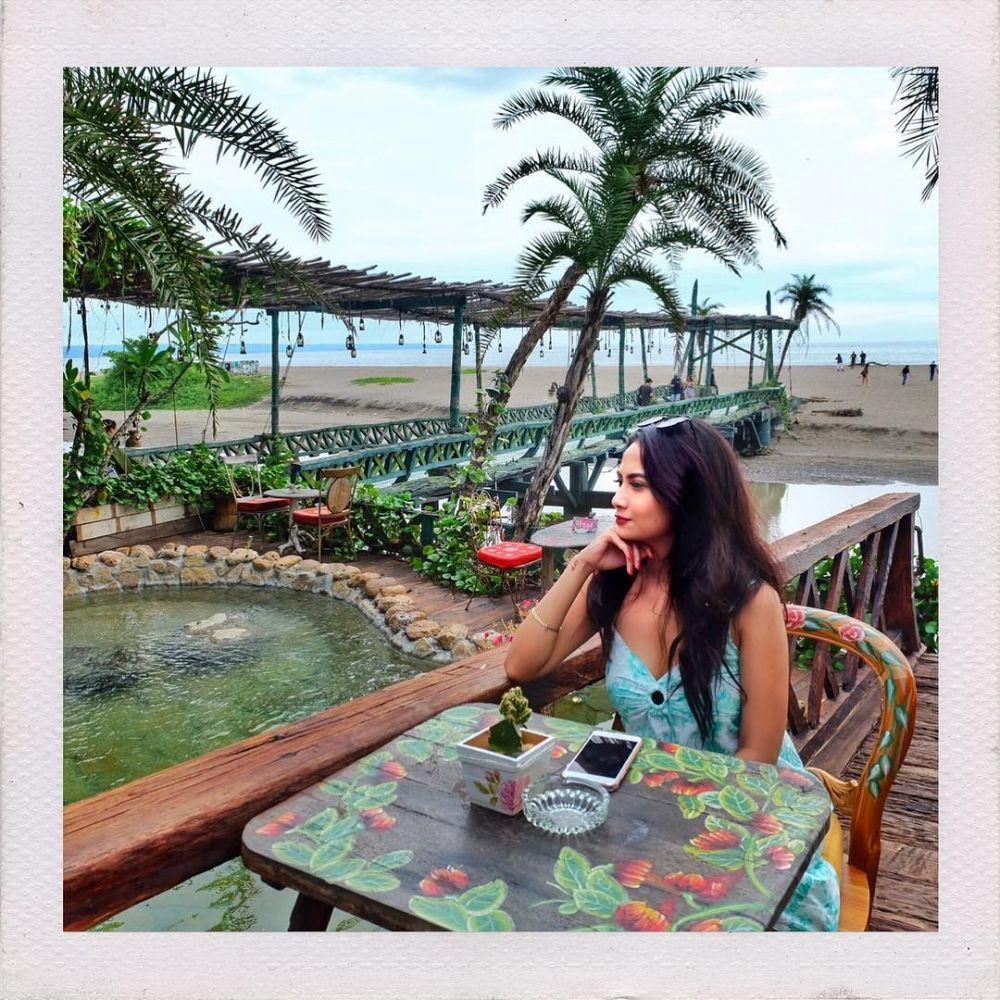 Gaya Vanessa di Pantai © 2019 brilio.net