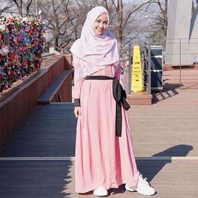 9 Gaya Anisa Rahma pakai gamis saat liburan, memesona