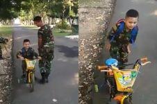 Aksi terbaru bocah bersepeda di markas TNI ini nggak kalah kocak