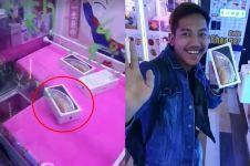 Pria ini dapat iPhone X dari mesin capit, usai dibuka bikin syok
