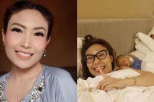 10 Momen Ayu Dewi sekeluarga di atas kasur, sering curi foto