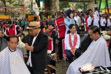 6 Momen Jokowi cukur masal bareng menteri, ditemani Iriana