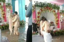 Perjuangan pria gendong pengantin wanita di tengah banjir, salut